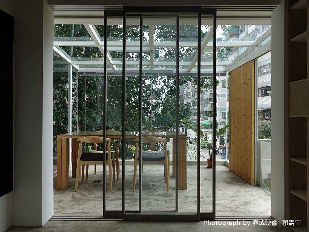玻璃隔間帶採光、樹影,宛如樹屋般的光影工作室