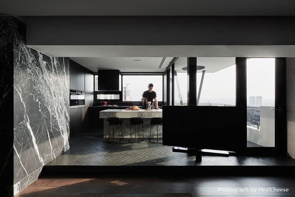 石材紋+銅色線條,平凡空間變身時尚都會宅