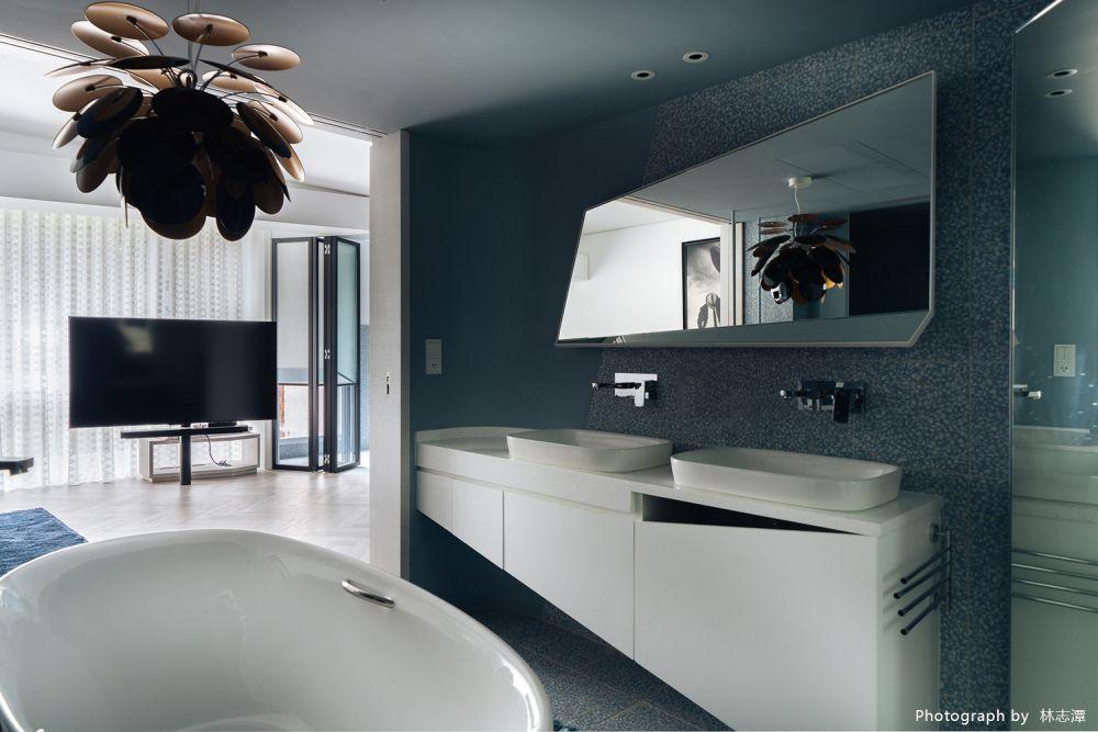所有格局都要聽衛浴的話,磨石子與灰藍色的經典